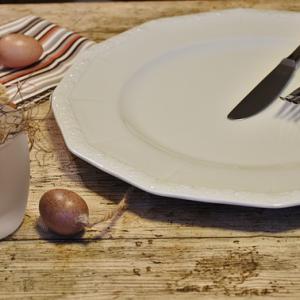 Aardewerken bord met traditioneel bestek